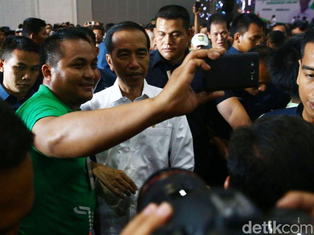 Momen Weekend Jokowi, Selfie dan Kumpul Bareng Sopir Online