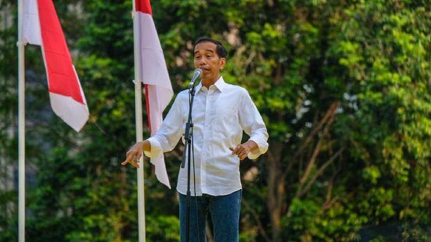 Capres petahana Jokowi berpidato dengan berapi-api di hadapan alumni sejumlah universitas.