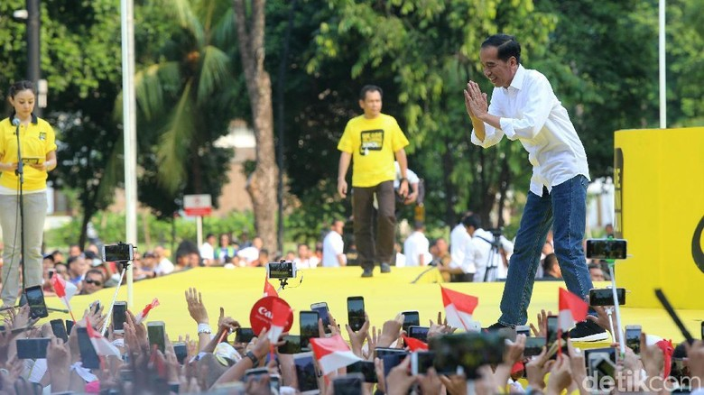 Di Depan Alumni Kampus, Jokowi Pamer Capaian Bangun Tol dan Dana Desa