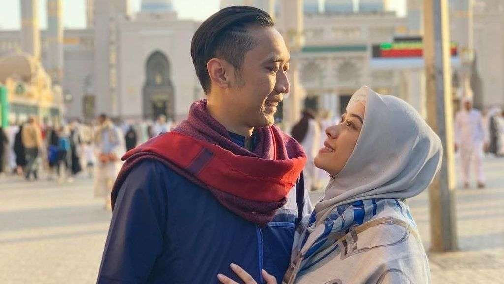Foto: Cantiknya Menantu SBY, Aliya Rajasa Pakai Hijab Saat Umrah