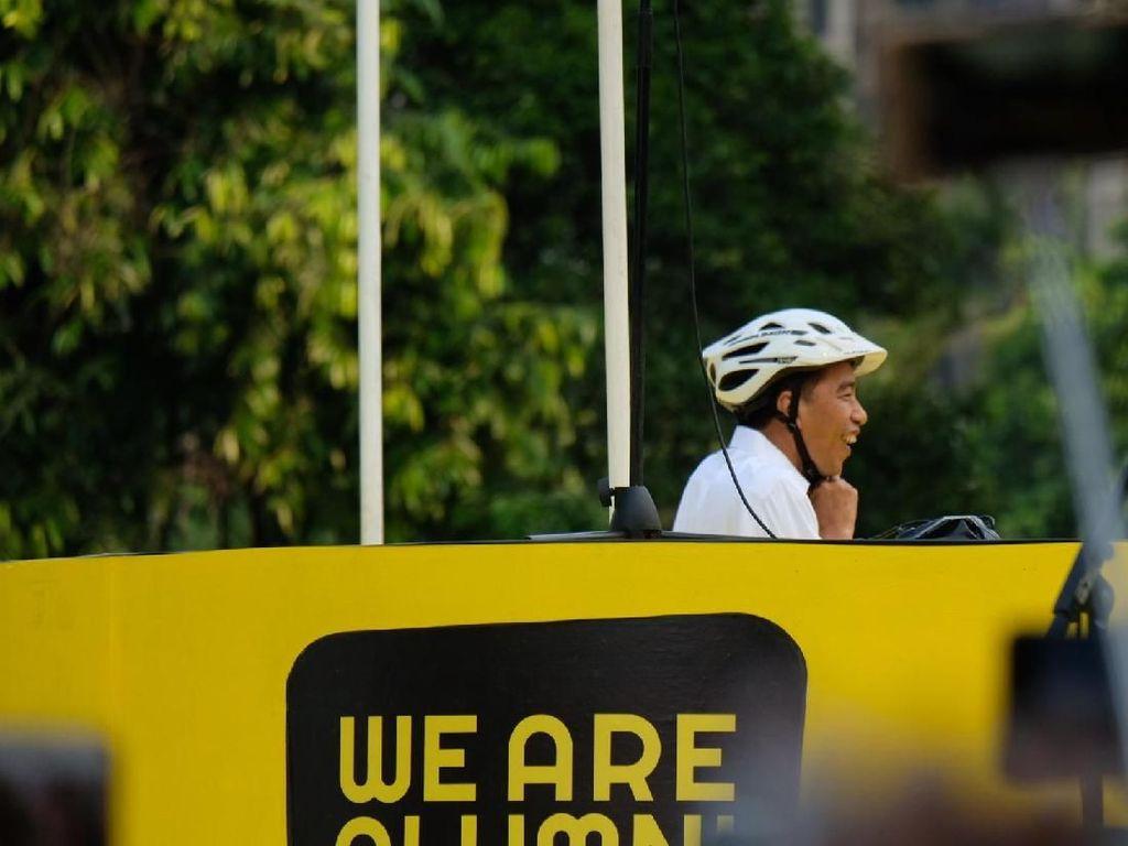 Naik Sepeda, Jokowi Hadiri Deklarasi Alumni Sejumlah Universitas