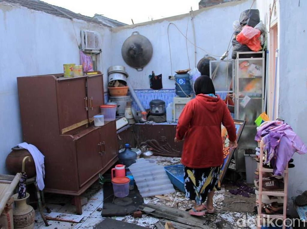 Melihat Kondisi Rumah yang Hancur Disapu Puting Beliung