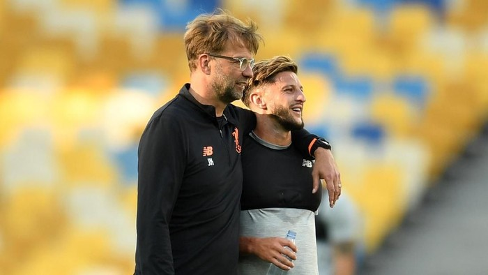 KIEV, UKRAINE - MAY 25:  Jurgen Klopp, Manager of Liverpool speaks with Adam Lallana of Liverpool during a Liverpool training session ahead of the UEFA Champions League Final against Real Madrid at NSC Olimpiyskiy Stadium on May 25, 2018 in Kiev, Ukraine.  (Photo by David Ramos/Getty Images)