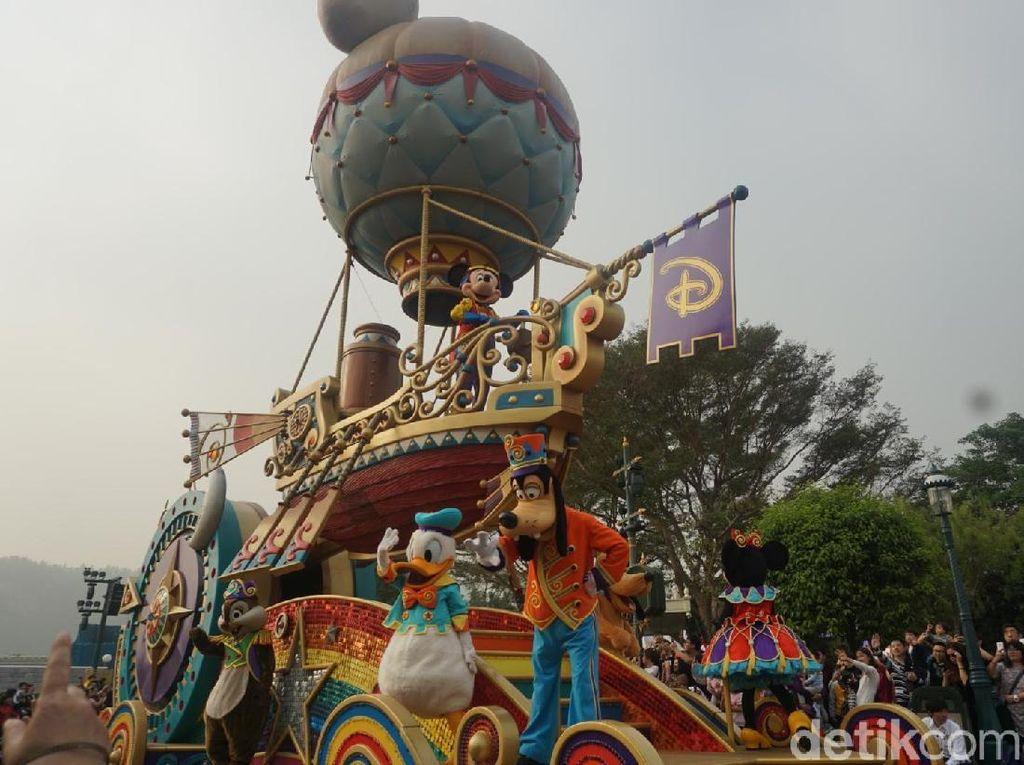 Lihat Keseruan Mickey Mouse #1Fan Keliling Disneyland Hong Kong