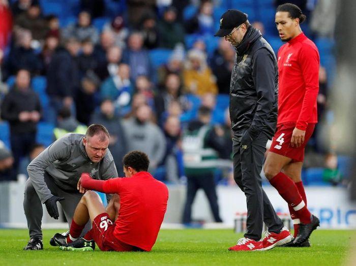 Saat pemanasan jelang duel kontra Brighton, Liverpool mendapat kabar buruk setelah bek kanannya Trent Alexander-Arnold mendapat cedera. Hal ini tentu merisaukan mengingat The Reds tengah krisis pemain belakang.(Paul Childs/Action Images via Reuters)