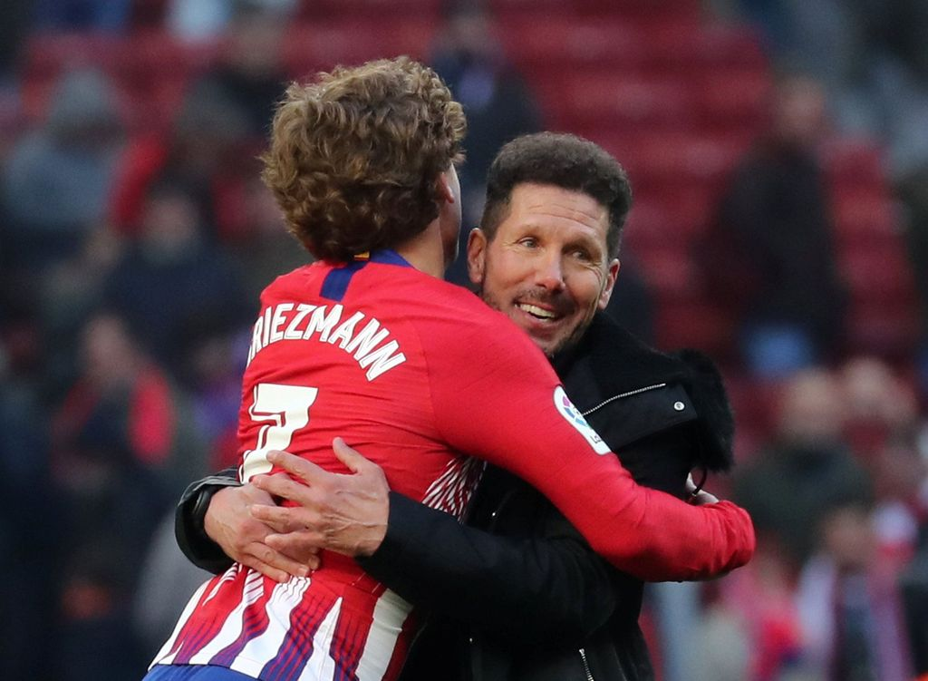 Soccer Football - La Liga Santander - Atletico Madrid v Levante - Wanda Metropolitano, Madrid, Spain - January 13, 2019  Atletico Madrid's Antoine Griezmann celebrates after the match with coach Diego Simeone                REUTERS/Sergio Perez