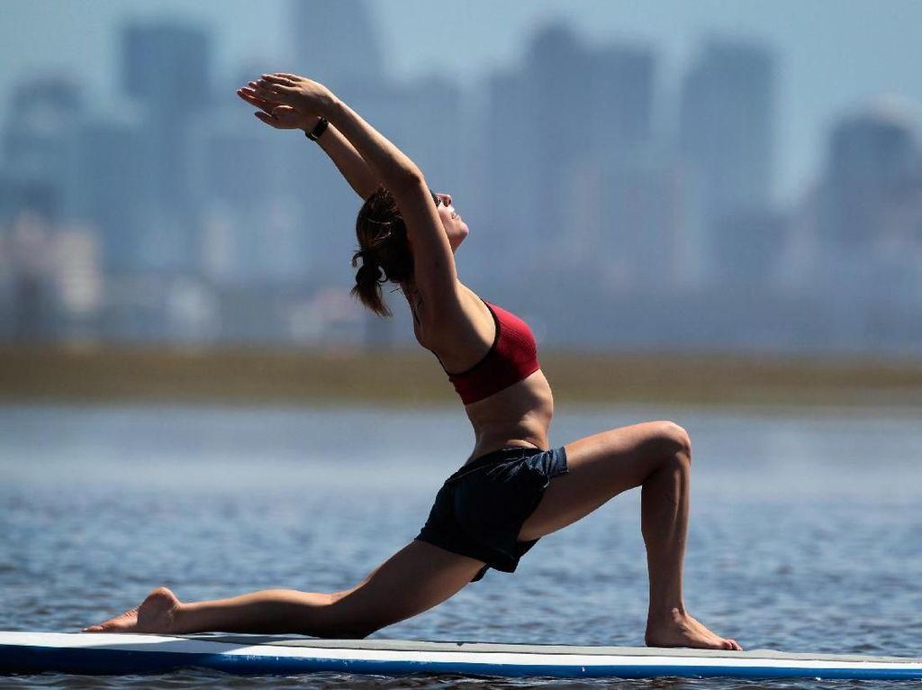 Ramai-ramai Yoga di Tengah Laut, Lebih Menantang Dibanding di Gym
