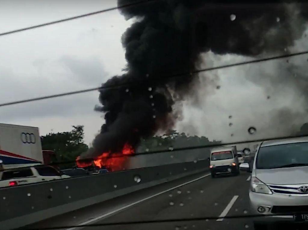 Bus Kecelakaan dan Terbakar di Km 49 Tol Cipularang Arah Bandung