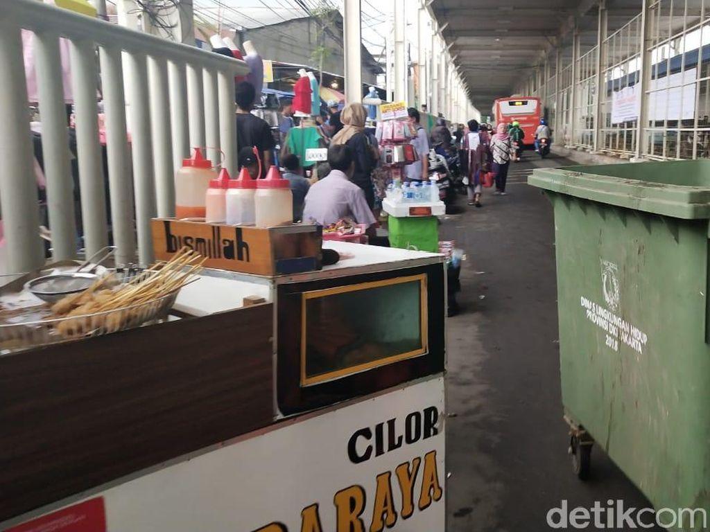 Masih Ada PKL Jualan di Trotoar, Pedagang di Skybridge Pasrah