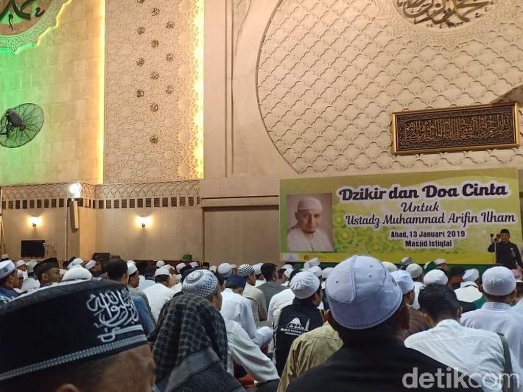 Jemaah Gelar Doa Bersama untuk Kesembuhan Ustaz Arifin Ilham