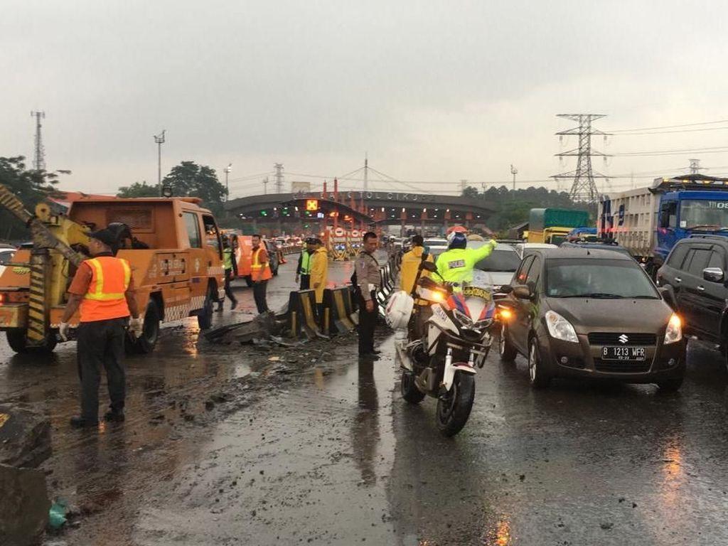 Bus Tabrak Truk di Tol Cikupa, 6 Orang Luka-luka
