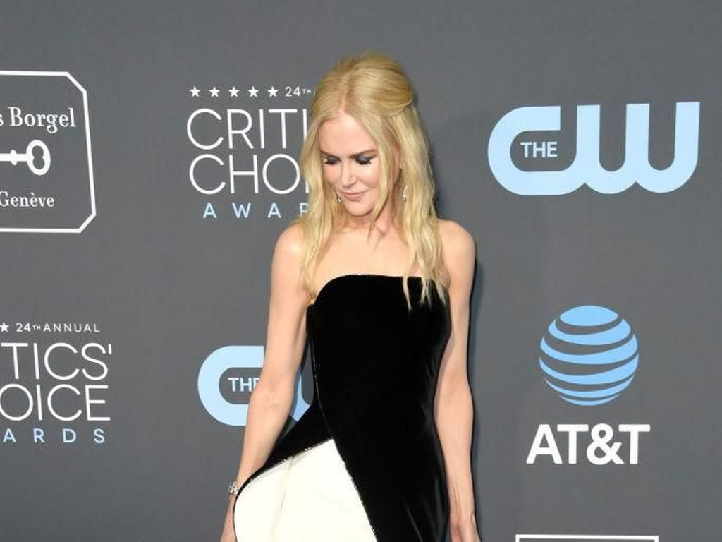 Foto: 10 Artis Berbusana Terbaik di Critics Choice Awards 2019