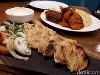 Awtar: Ada Nasi Mandi Berlauk Daging Kambing Empuk di Resto Arab Megah Ini