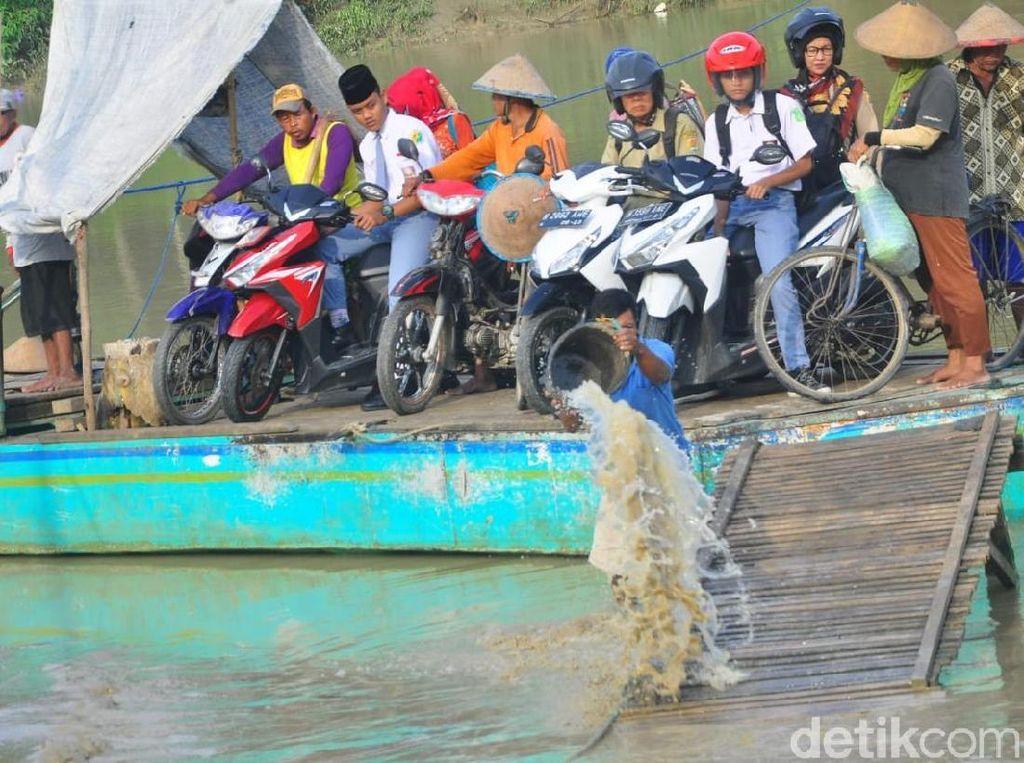 Jauh dari Jembatan, Warga Desa di Grobogan Ini Pakai Perahu Tambang