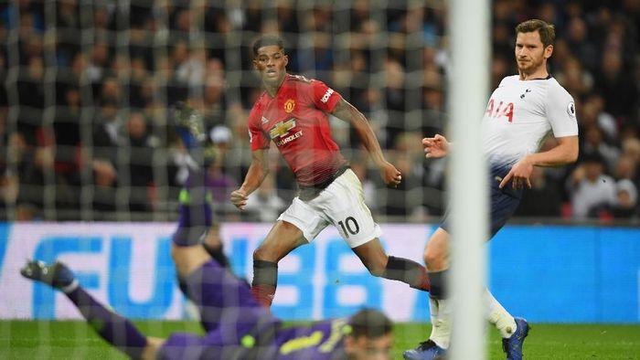 Marcus Rashford membawa MU ungguli Tottenham di Wembley. (Foto: Mike Hewitt/Getty Images)