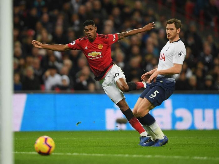 LONDON, ENGLAND - JANUARY 13:  Marcus Rashford of Manchester United beats Jan Vertonghen of Tottenham Hotspur as he scores his teams first goal  during the Premier League match between Tottenham Hotspur and Manchester United at Wembley Stadium on January 13, 2019 in London, United Kingdom.  (Photo by Mike Hewitt/Getty Images)