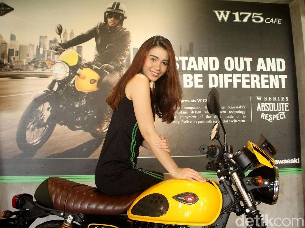 Senyum Manis Sang Model di Atas Kuda Besi Kawasaki