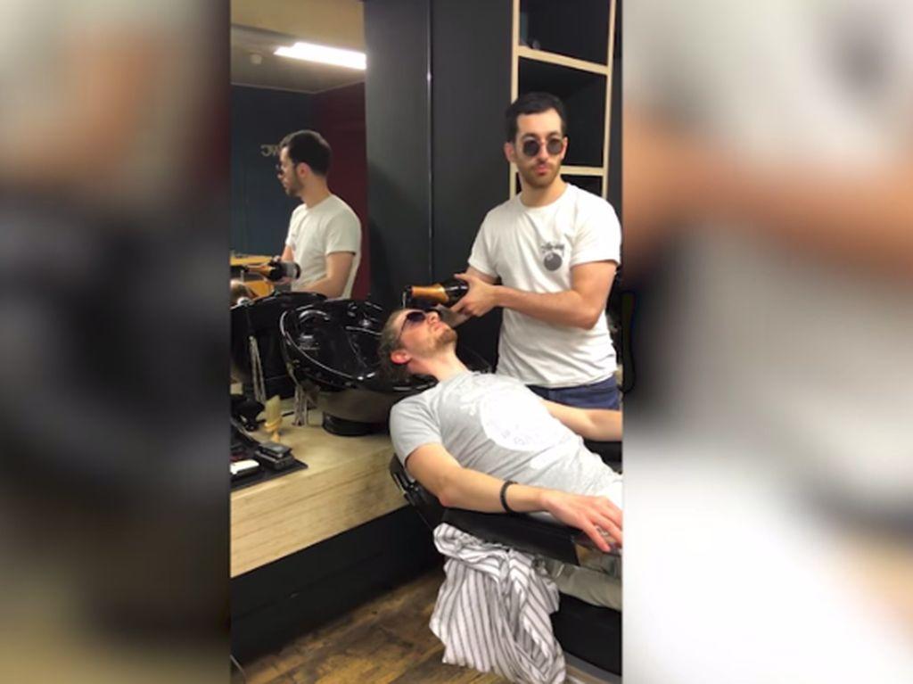Di Barber Shop Ini Pelanggan Dikeramasi dengan Champagne