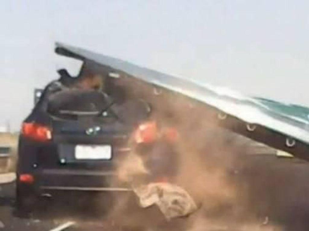 Mobil Tertimpa Papan Raksasa di Jalan Tol, Wanita Australia Selamat
