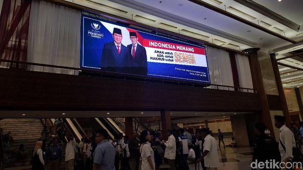 Pendukung Mulai Padati JCC Menanti Pidato Prabowo 'Indonesia Menang'