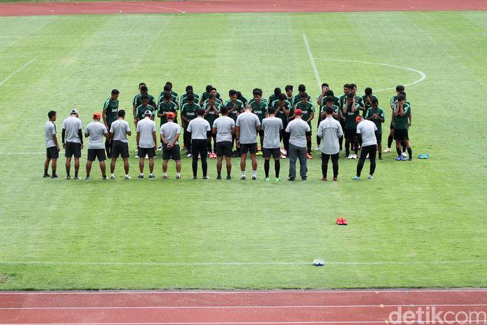 Timnas U 22 kembali jalani latihan di Stadion Madya, Senayan, Jakarta, Selasa (15/1/2019). Latihan itu sebagai persiapan menghadapi Piala AFF U-22 2019, SEA Games 2019, dan Kualifikasi Piala AFC U-23 2020.