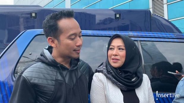 Denny Cagur dan istri