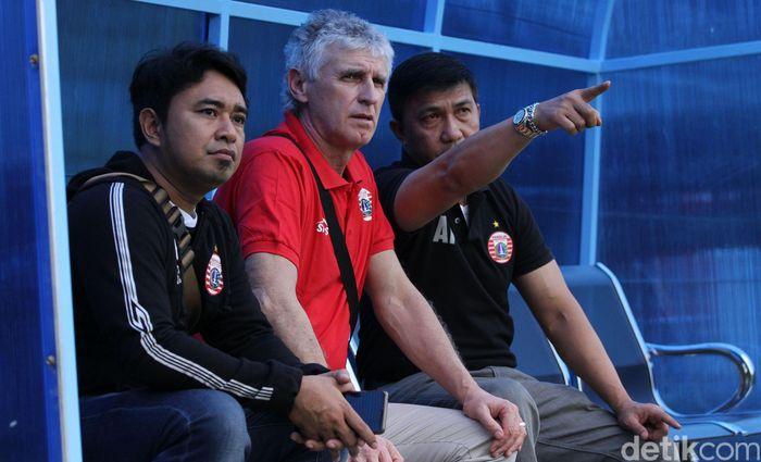 Ivan Kolev memantau latihan Persija di Lapangan Sutasoma, Halim, Jakarta.