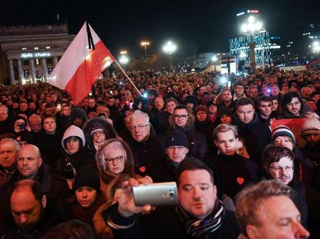Wali Kota Gdansk Tewas Ditikam, Massa Beri Penghormatan Terakhir