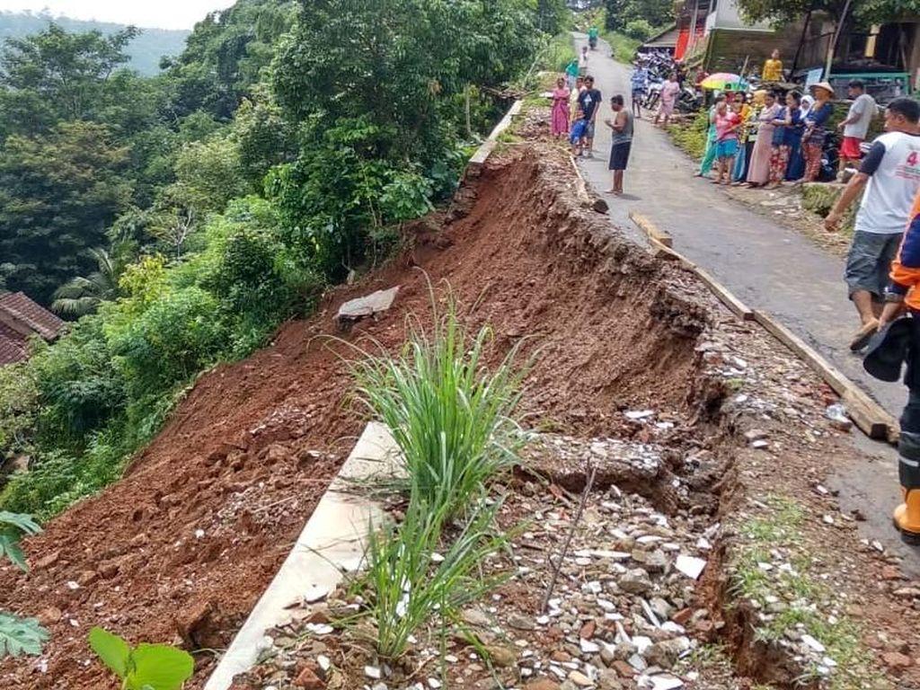 Longsor Terjang 5 Rumah Warga di Jepara