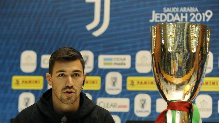 Bek AC Milan, Alessio Romagnoli, dalam konferensi pers jelang melawan Juventus di Supercoppa Italia. (Foto: Marco Rosi/Getty Images)