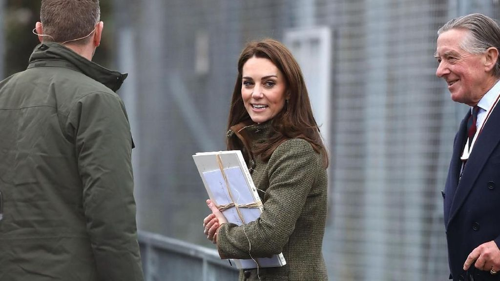 Foto: Kate Middleton Stylish Bergaya Maskulin dengan Boots