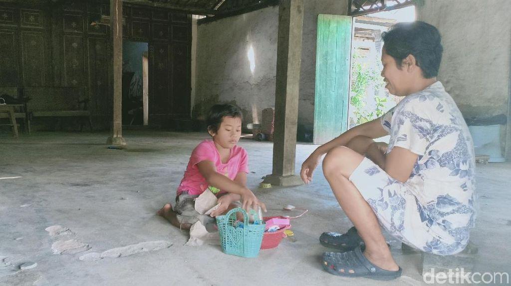 Dengar Cerita Dinda, Bocah asal Magetan yang Sudah 7 Tahun Ngesot