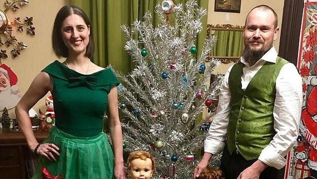 Foto Pasangan yang Punya 30 Anak dari Plastik, Menggemaskan Atau Seram?