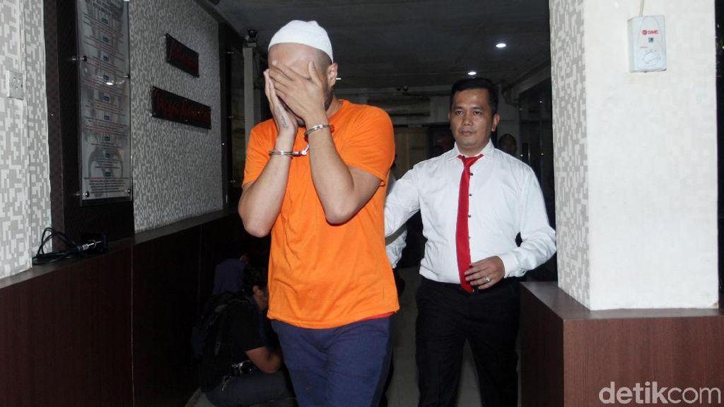 Diperiksa Polisi, Asisten Ivan Gunawan Tutupi Wajahnya