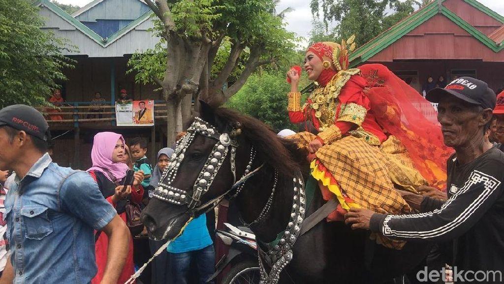Foto: Penunggang Cantik dan Tradisi Kuda Menari di Sulbar