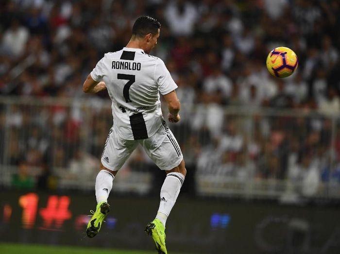 Sundulan Cristiano Ronaldo yang merobek gawang AC Milan. (Foto: Claudio Villa/Getty Images)