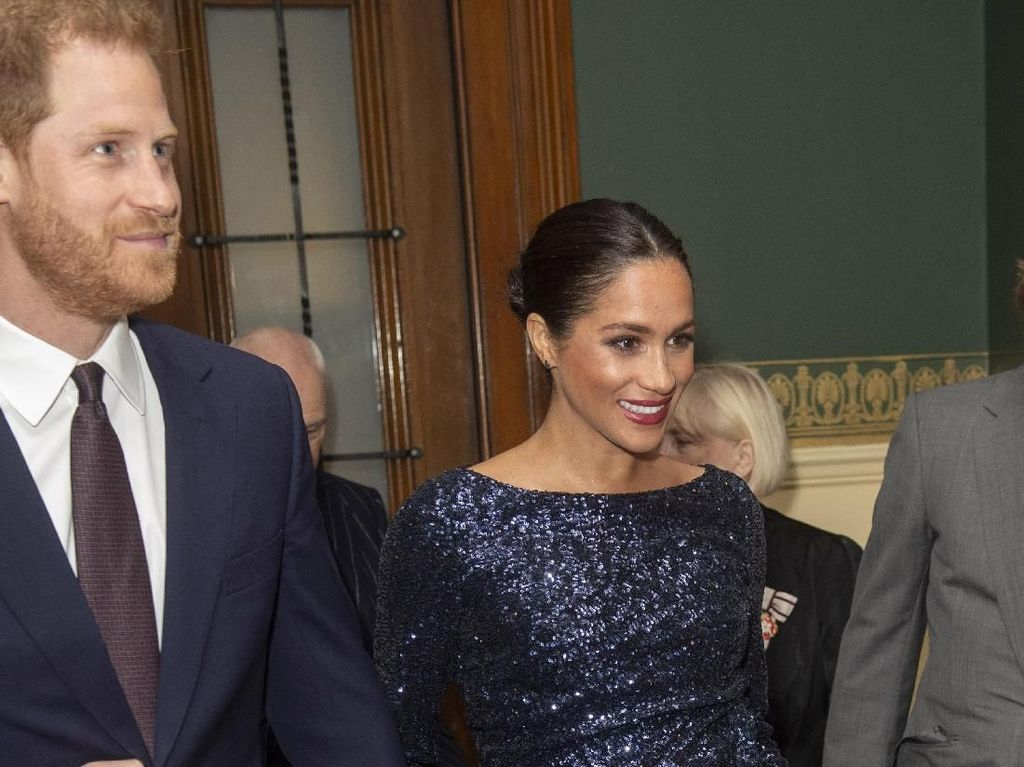 Meghan Markle Ganti Baju Murah dengan Gaun Rp 64 Juta yang Mirip Putri Diana