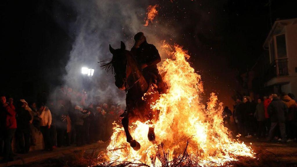Mengenal Tradisi Menerjang Api Khas Rakyat Spanyol