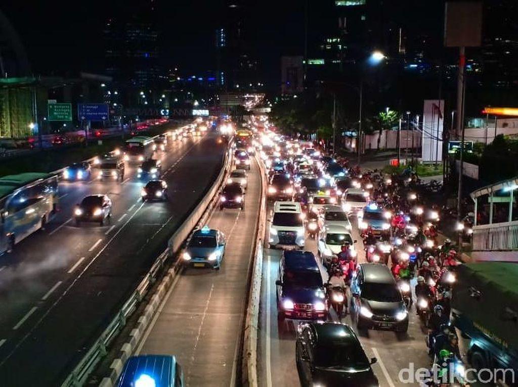 Ingat! Bahu Jalan Bukan untuk Mendahului Kendaraan