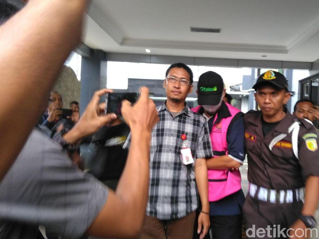Kejari Surabaya Terima Tersangka Korupsi PT Petrogas Jatim
