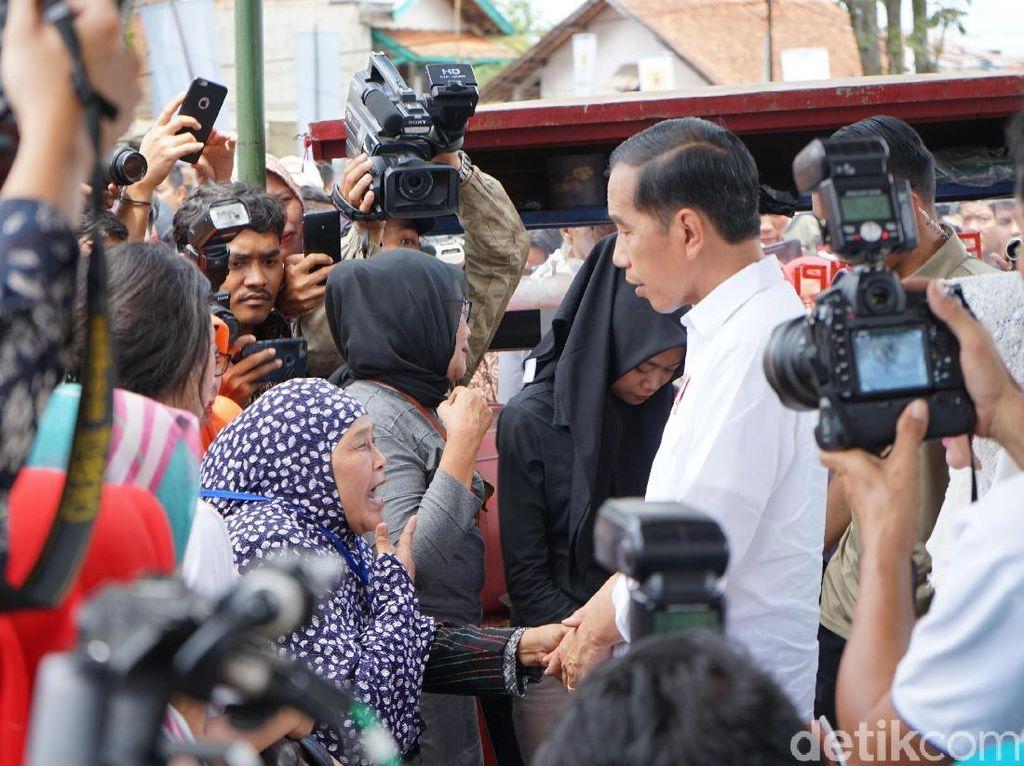 Sambil Menangis, Nenek Dedeh Curhat soal Sakit dan Listrik ke Jokowi