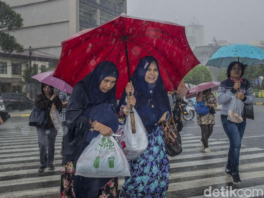 Perjuangan Menembus Hujan Deras di Thamrin
