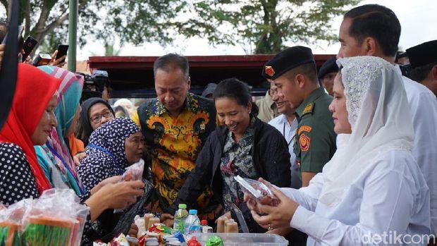 Mensos Agus Gumiwang dan Menteri BUMN Rini Soemarno ikut berbicara dengan nenek Dedeh