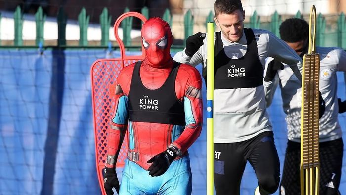 Aksi Spider-Man di sesi latihan Leicester City. (Foto: Instagram @lcfc)