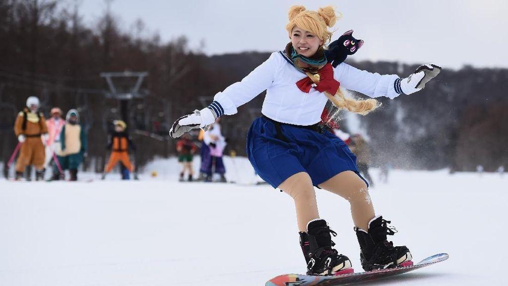 Aksi Sailor Moon Hingga Naruto Berlomba di Kontes Ski Jepang
