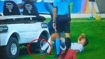 Bikin Panik! Mobil Paramedis Gilas Kaki Pemain Bola