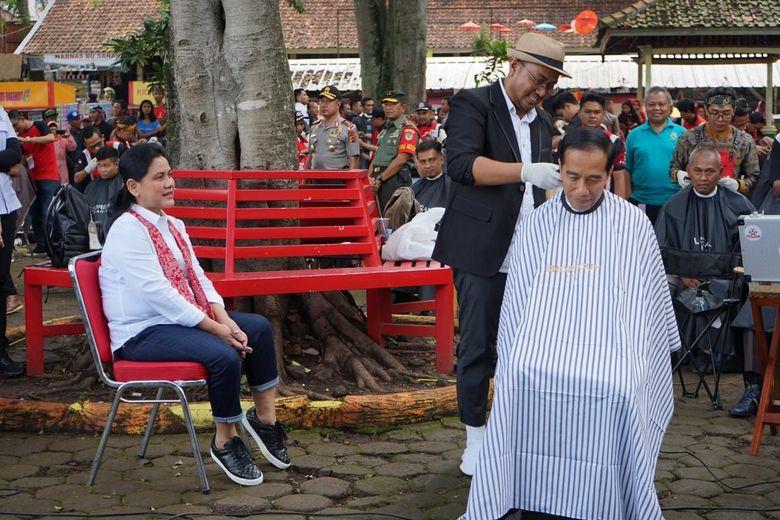 Didampingi Iriana, Jokowi Potong Rambut di Tukang Cukur Asgar