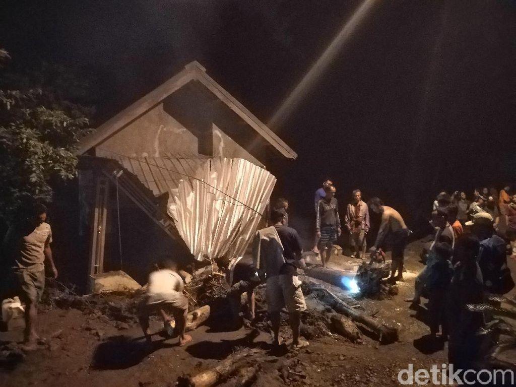 Cerita Korban Selamat Banjir Bandang Mojokerto yang Terseret Arus
