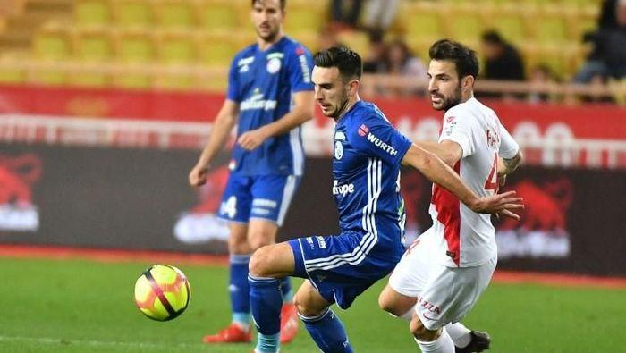 Cesc Fabregas menelan kekalahan 1-5 di laga kandang perdananya bersama AS Monaco. (Foto: Yann Coatsaliou/AFP)