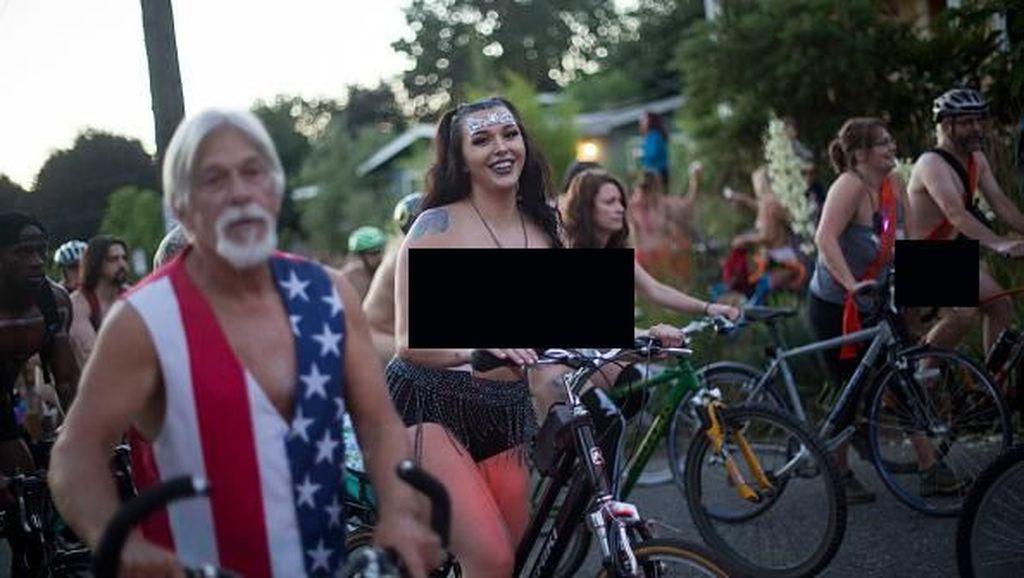 Unik! Bersepeda dengan Telanjang di World Naked Bike Ride